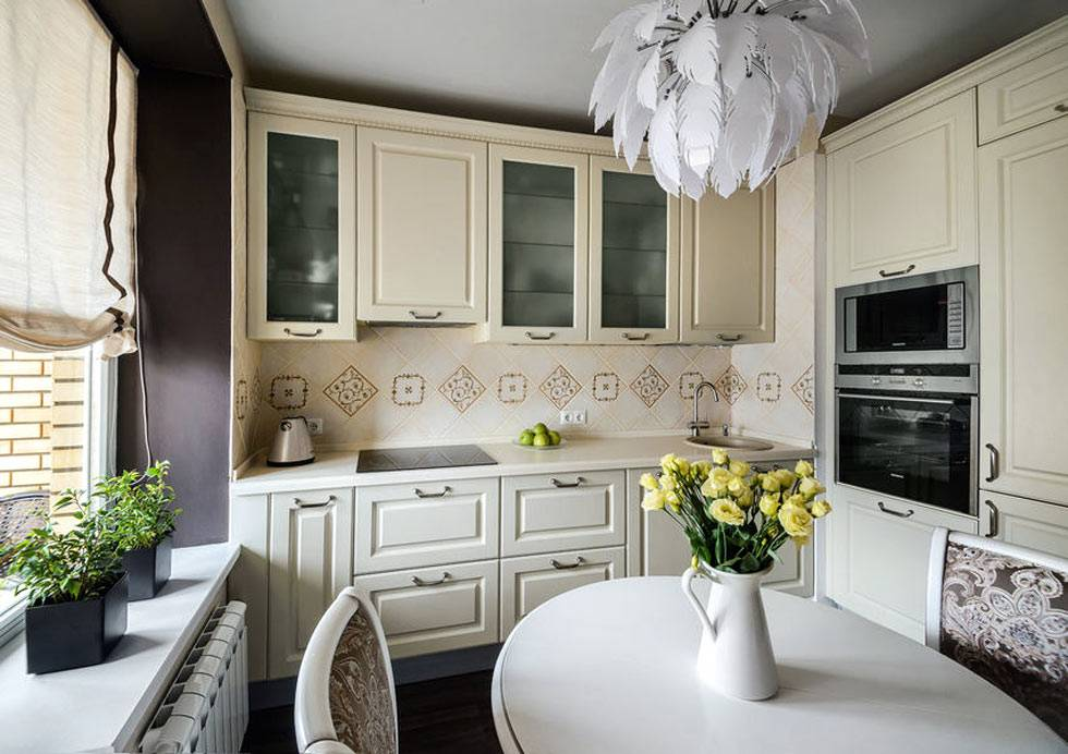 кухонная мебель бежевого цвета на маленькой кухне