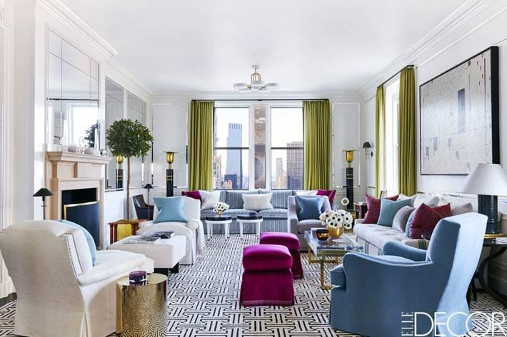 комната с диванами, крелами и камином фото