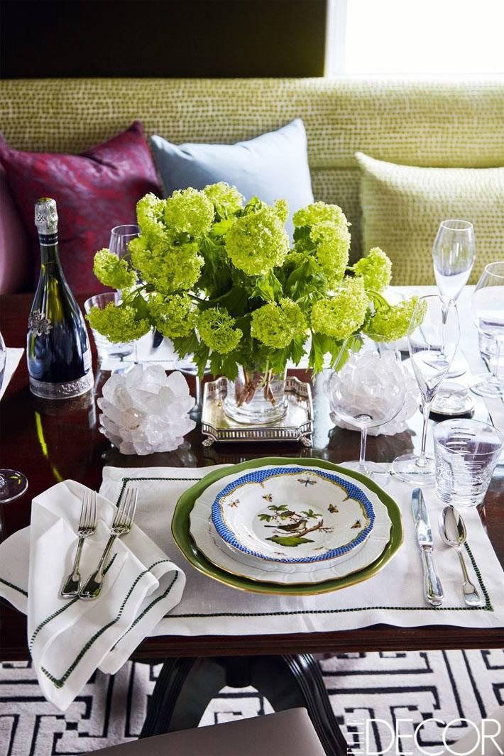 роскошная сервировка стола красивой посудой в доме