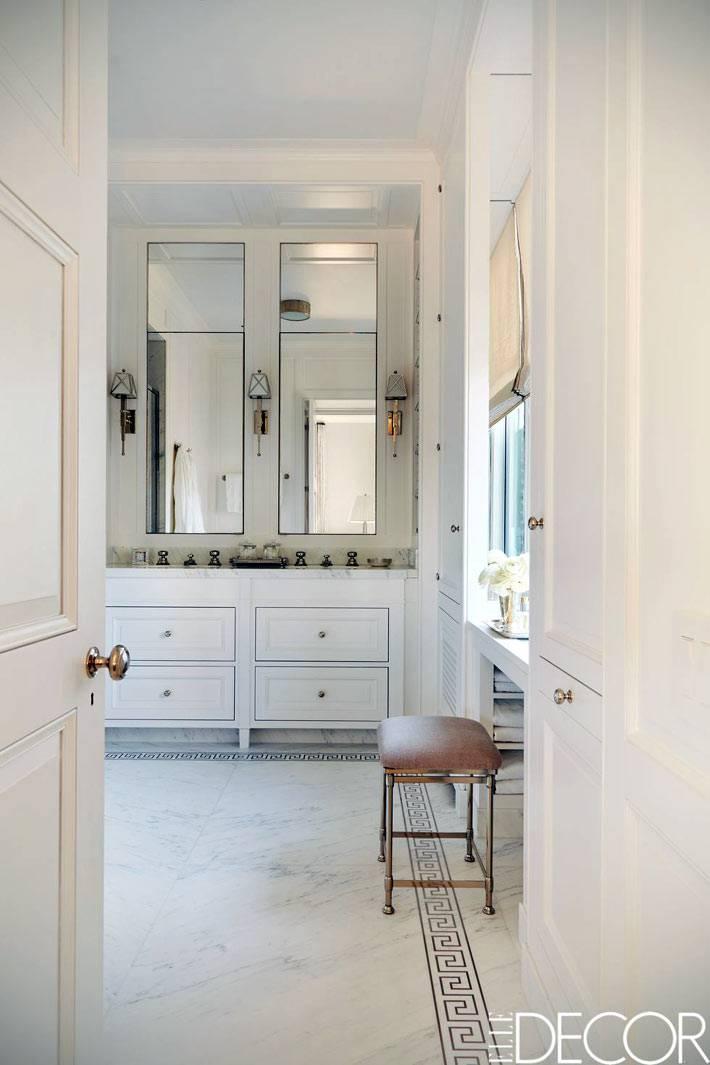 большое помещение ванной комнаты с окном