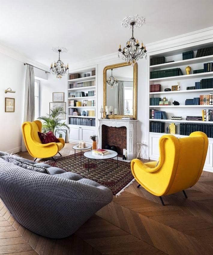 кресла желтого цвета в стиле ретро в доме