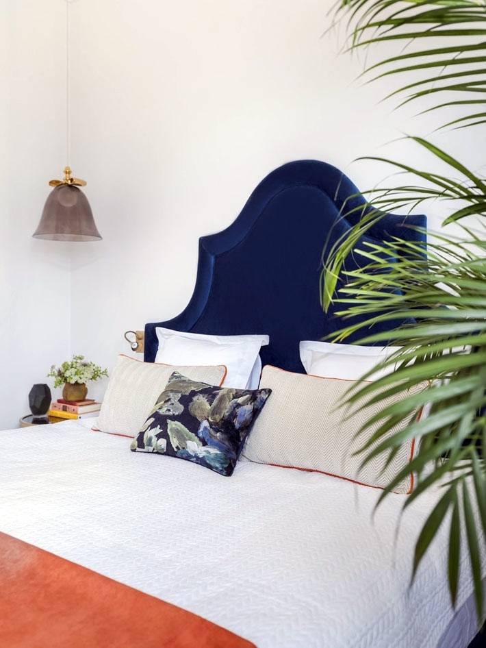 синняя бархатная спинка кровати в спальне