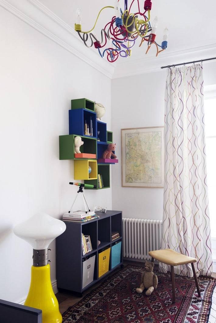 разноцветные элементы и мебель в детской комнате