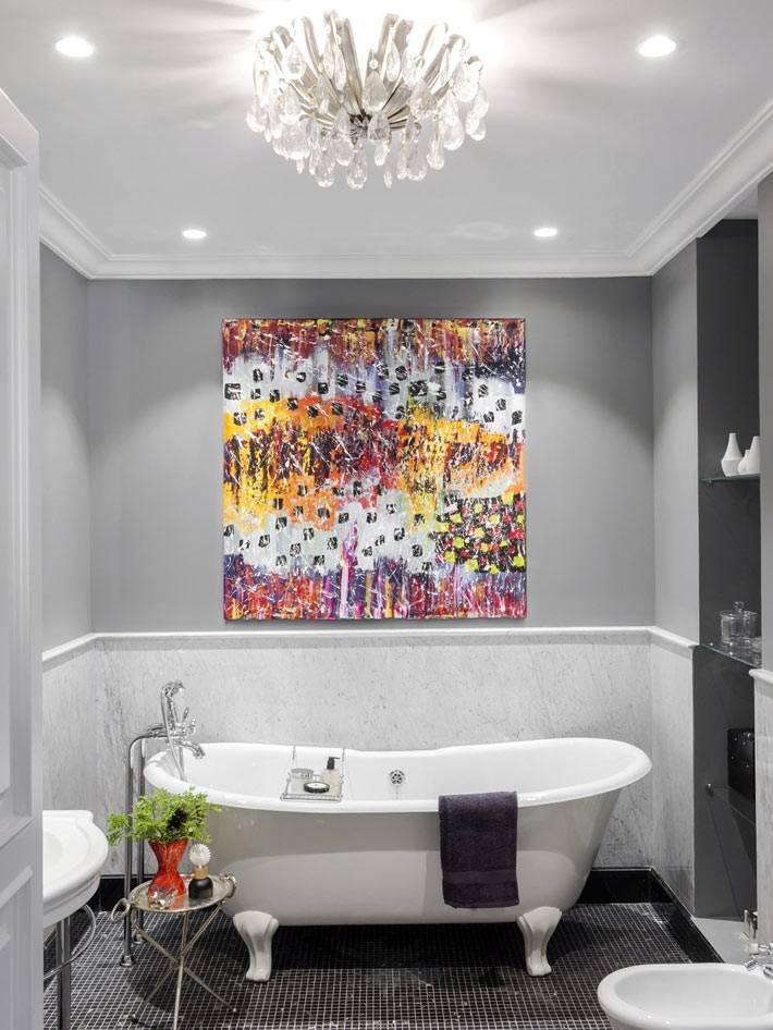 яркая картина в интерьере ванной с серыми стенами