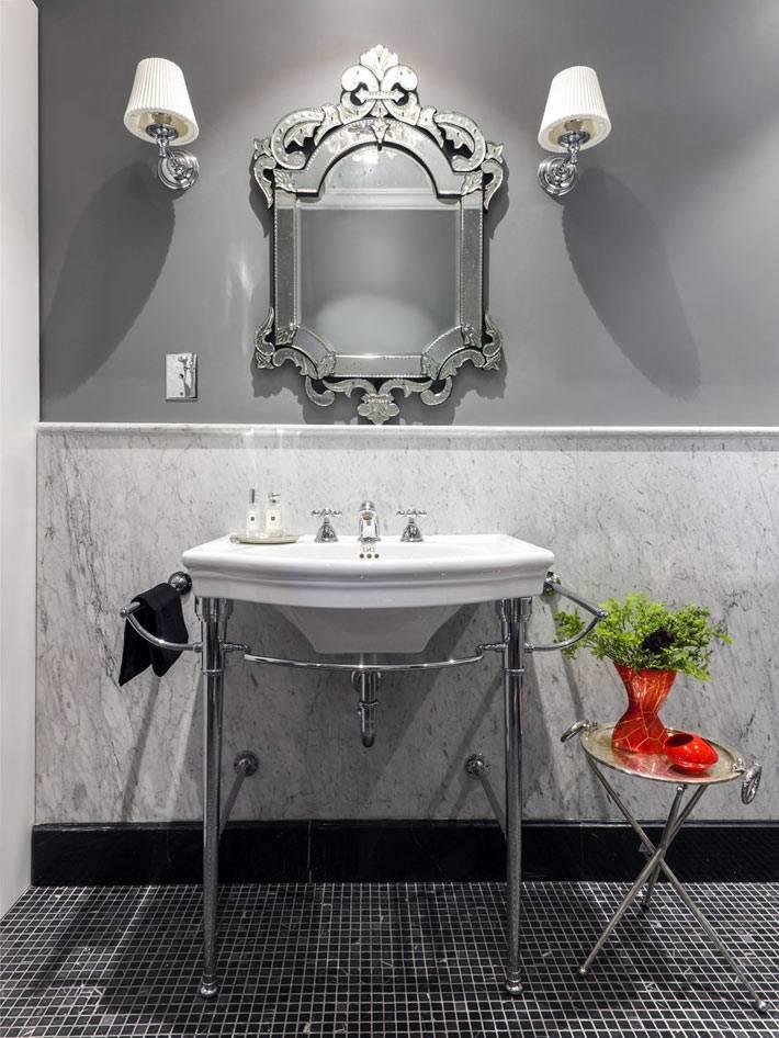 белый умывальник на металлической подставке в ванной