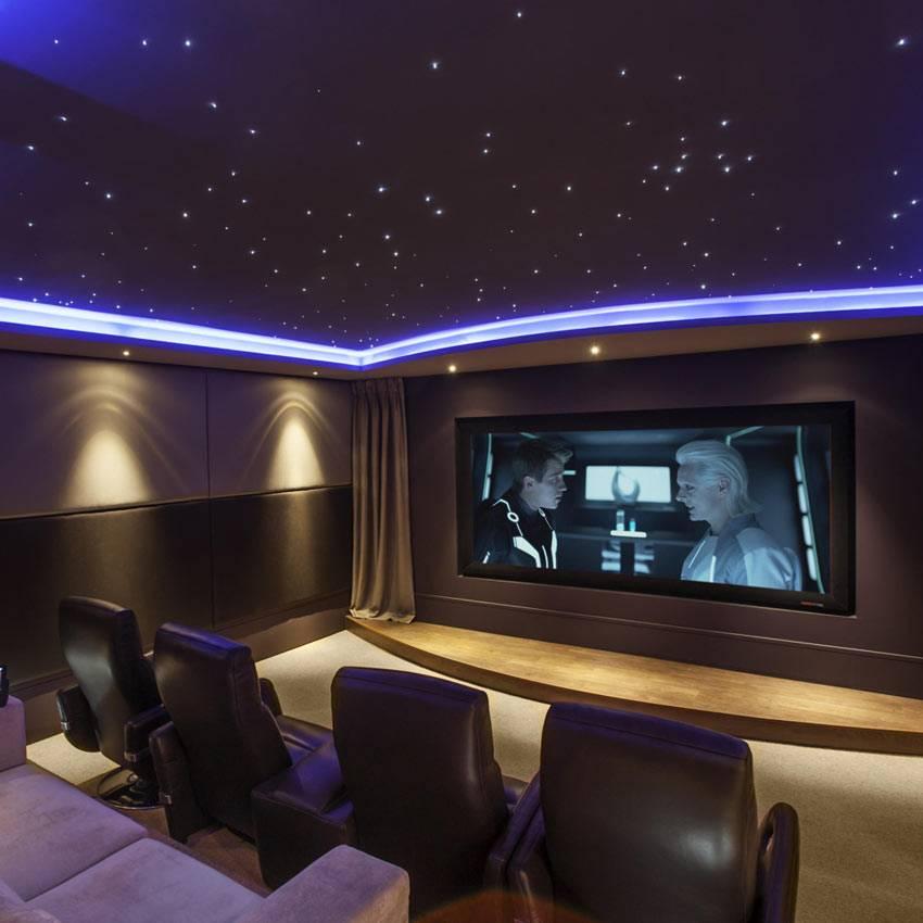 фото домашнего кинотеатра с подсветкой на потолке