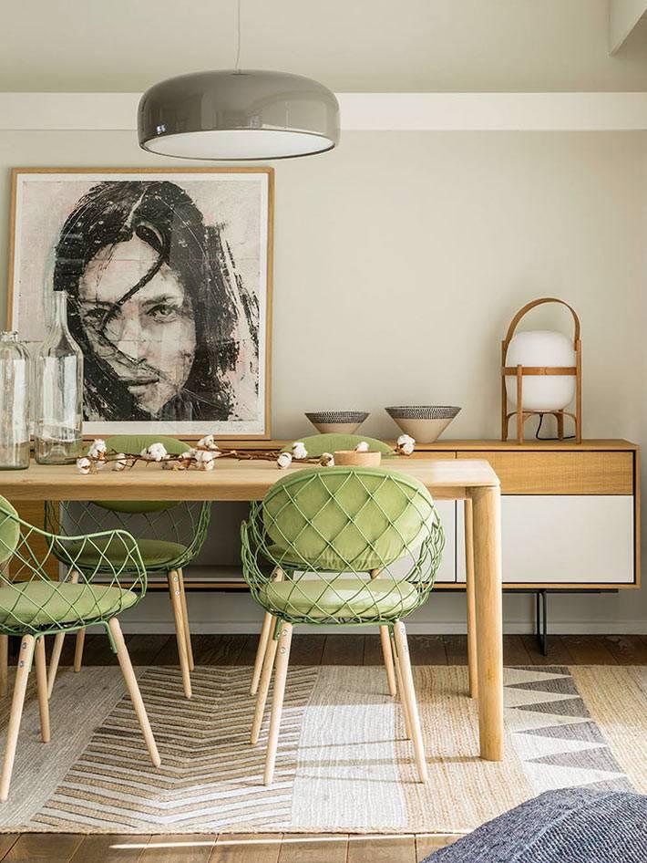 студья оливкового цвета в сочетании со столом из светлого дерева