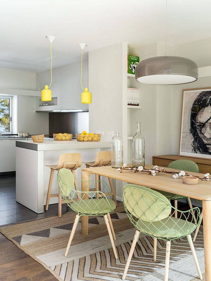 желтые светильники над кухонной барной стойкой