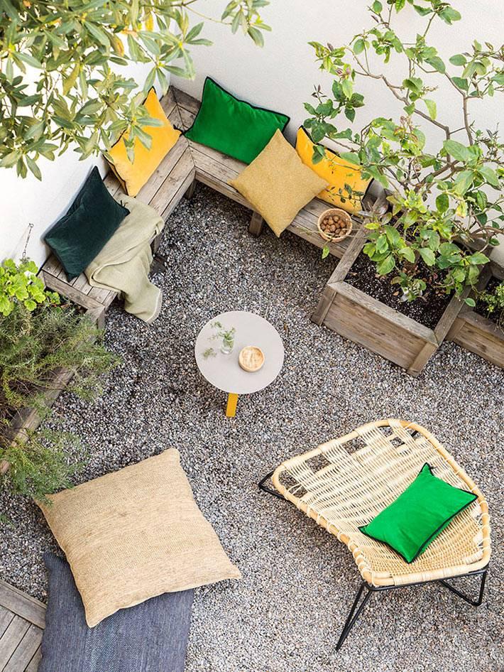 яркие напольные подушки для сидения во дворе фото