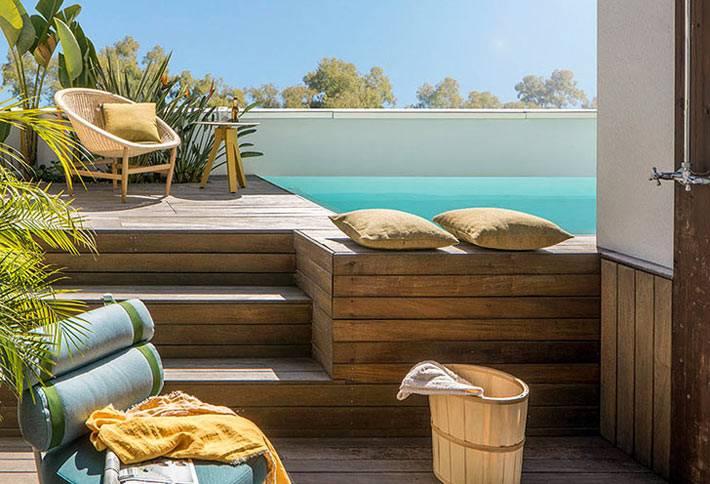 дом с бассейном на деревянной террасе фото