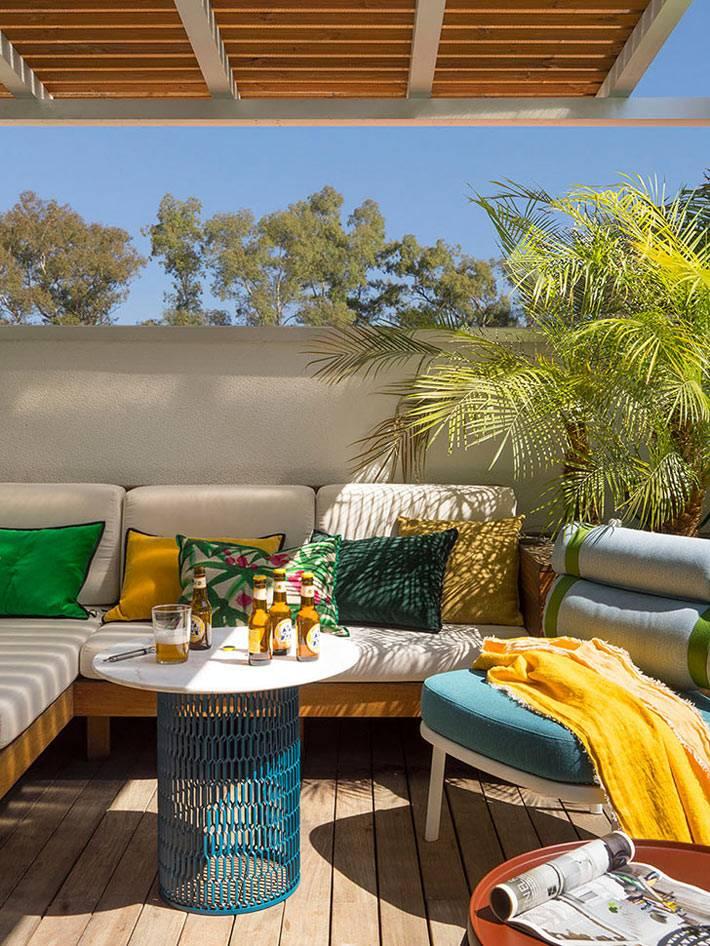 мягкие топчаны и кресла на террасе дома фото
