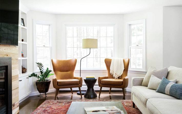 рыжие кресла в большом эркере гостиной комнате