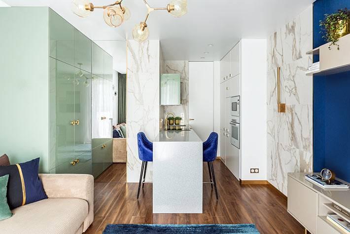 малометражная квартира-студия с мраморной стеной