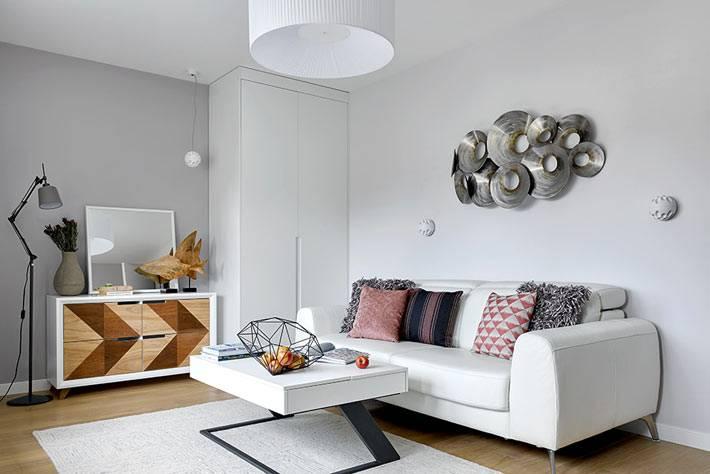 лаконичный дизайн гостиной в белом цвете