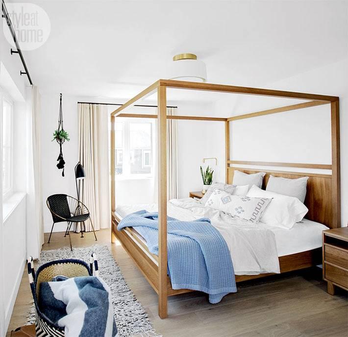 деревянный каркас кровати с балдахином в белой спальне