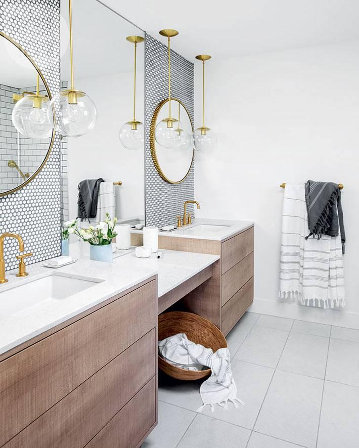 зеркала в круглых рамах над умывальниками в ванной комнате