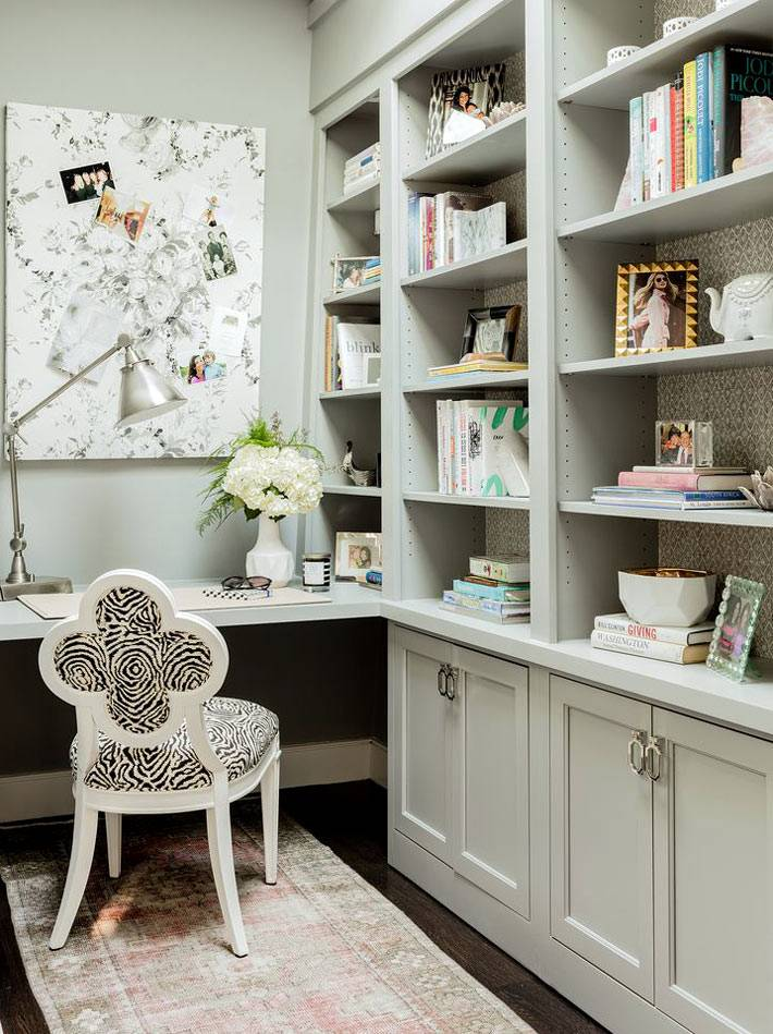 маленький рабочий кабинет с книжными стеллажами
