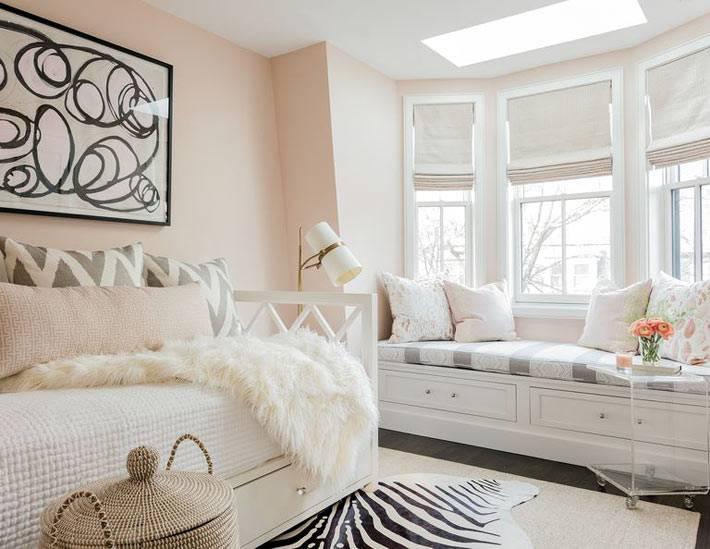 детская комната в пастельно розвом цвете с мягким подоконником