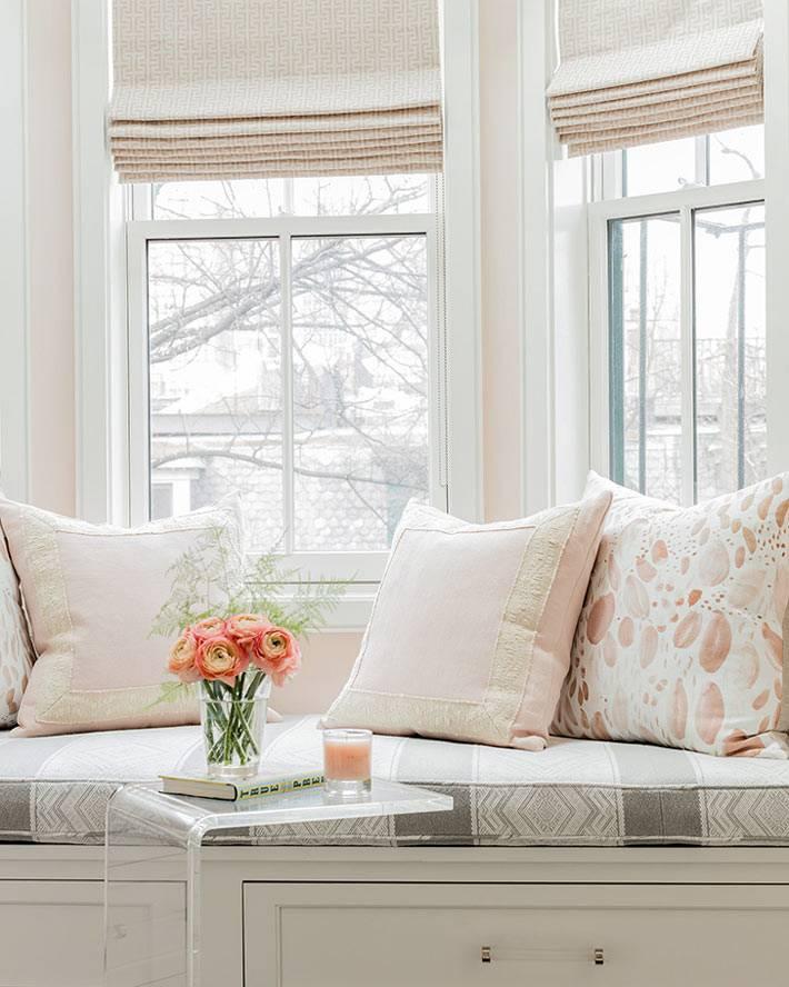 матрас и декоративные подушки на подоконнике в детской