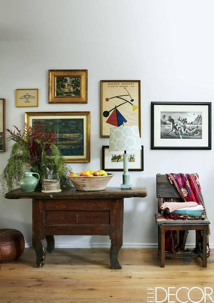 старинный комод и стул в интерьере гостиной комнаты
