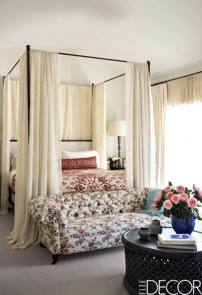 воздушная кровать с белым балдахином на железном каркасе