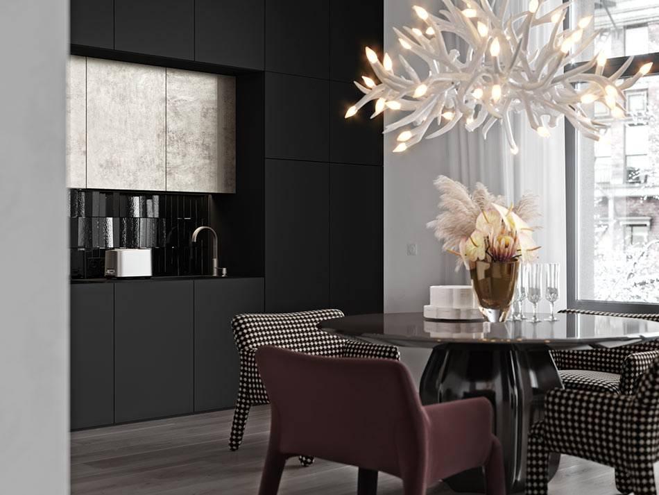 Черная кухня с причудливой люстрой (дизайн Алеси Касьяненко)