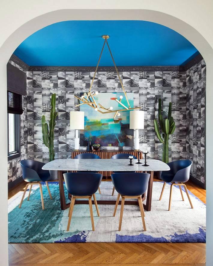 синий потолок в комнате для столовой зоны фото