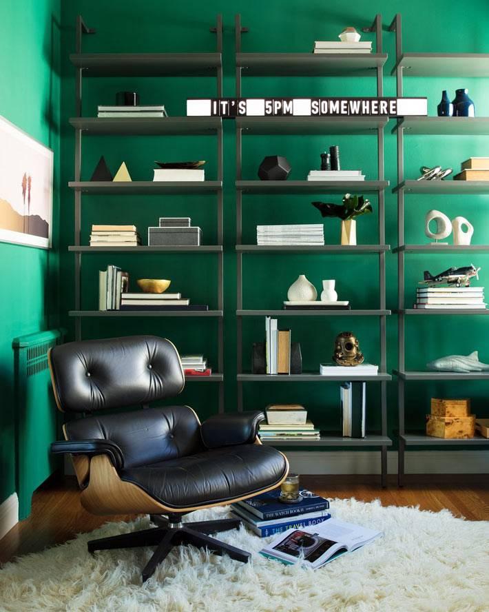 темно-зеленый цвет стен в комнате с удобным креслом