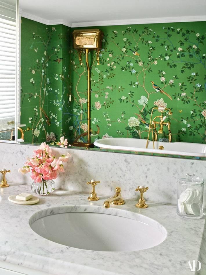 зеленые обои с цветами и птицами в ванной комнате