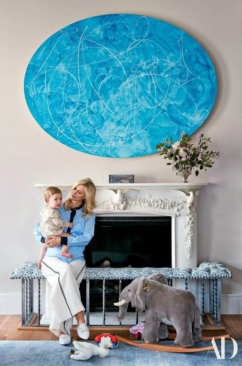 камин и овальная картина в пентхаусе Ники Хилтон