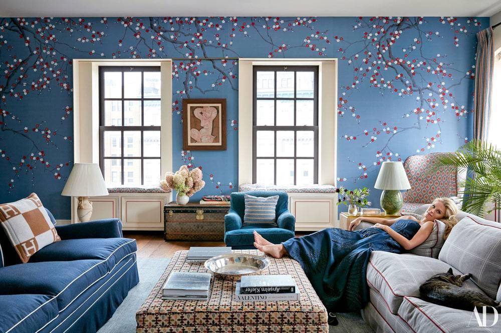 синий цвет на стенах и мебели гостиной комнаты Ники Хилтон