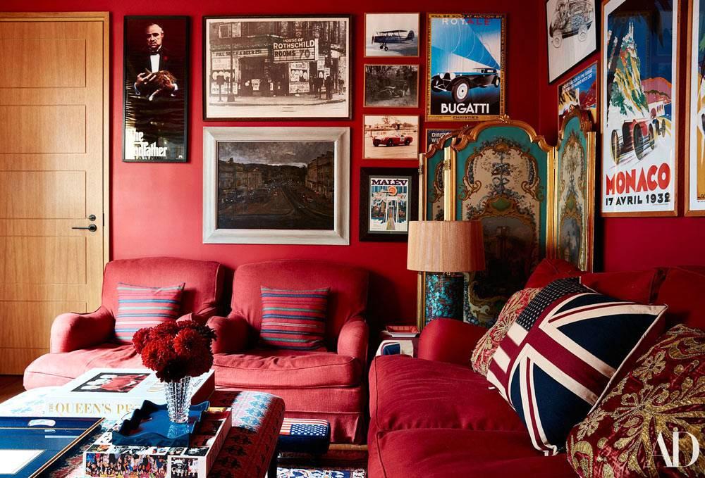 фотографии на красной стене с красным диваном фото