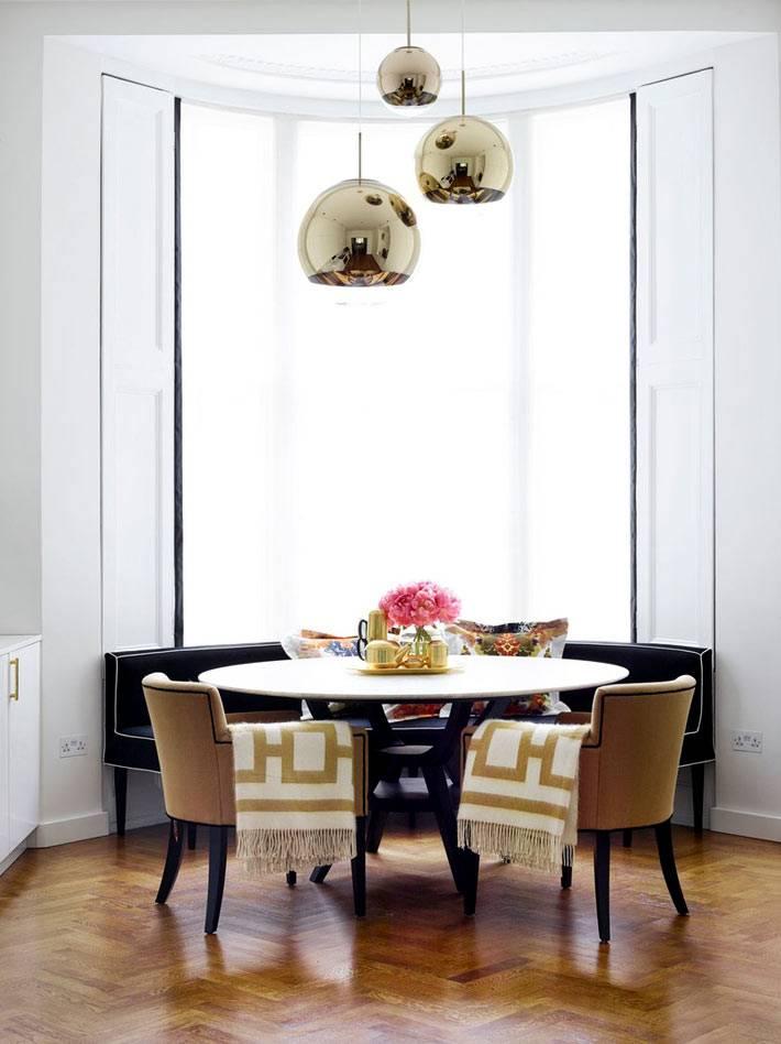 обеденный стол возле полукруглого большого окна фото