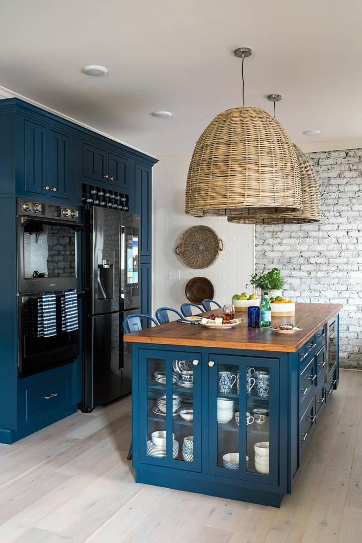 кухонная техника встроена в синий шкаф фото