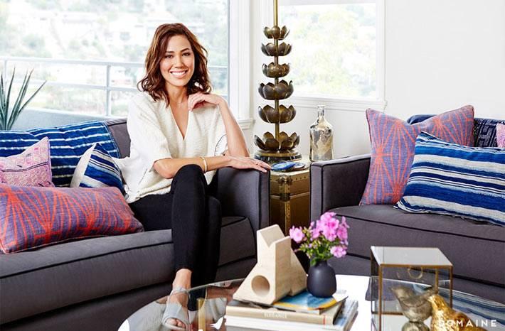актриса Микаэла Конлин в своем доме на диване