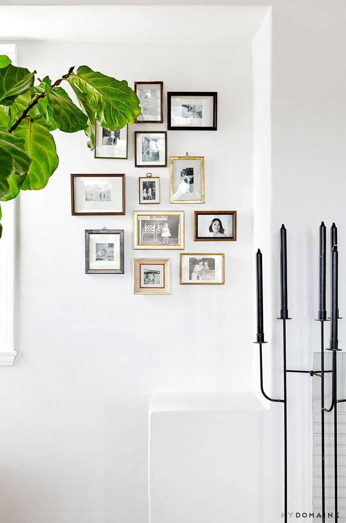 композиция из семейных фотографий на стене дома