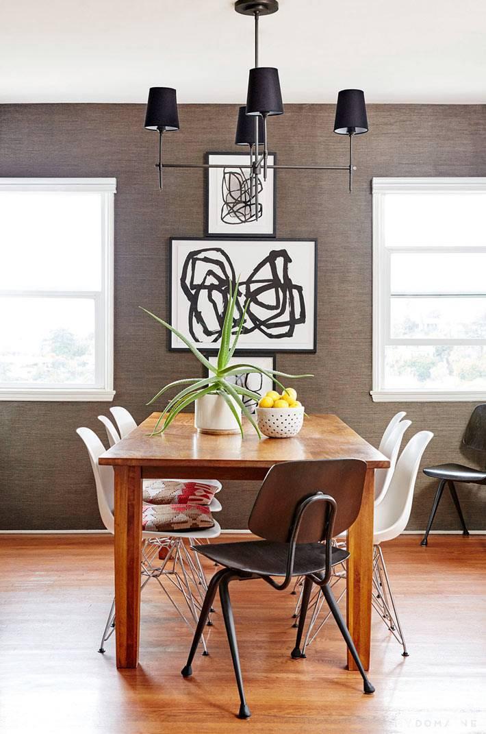 коричневые обои на стенах интерьера столовой комнаты