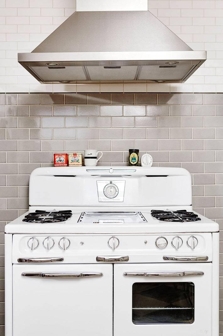 газовая ретро-плита белого цвета с вытяжкой фото