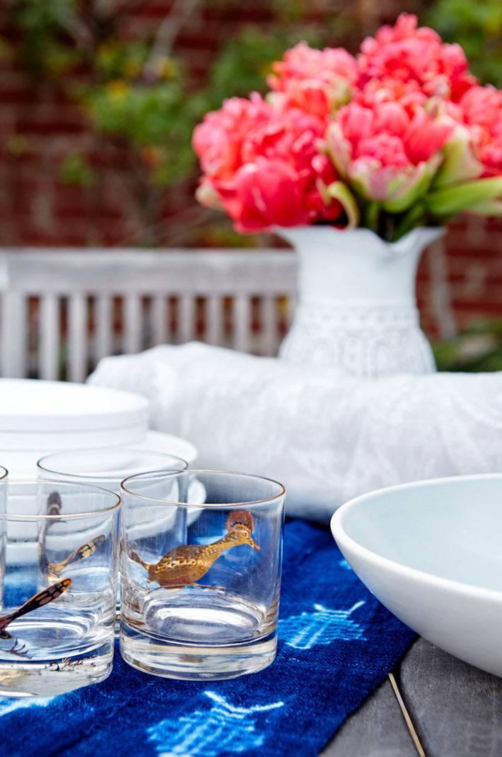 красиво сервированный обеденный стол во дворе дома