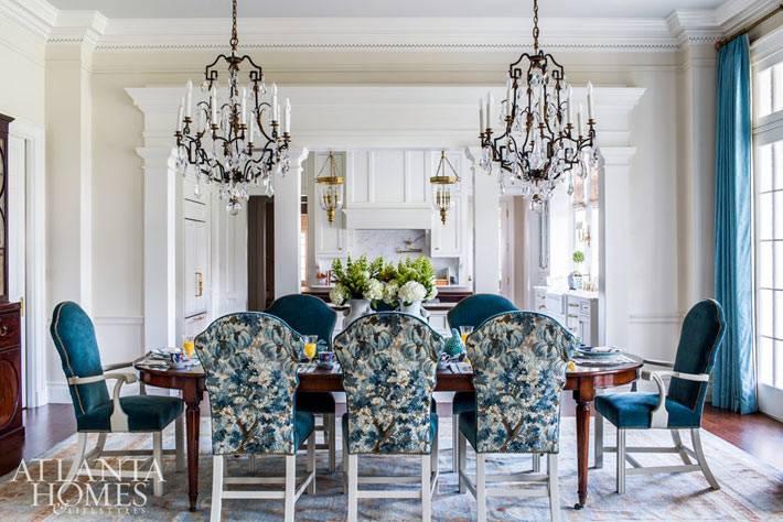 роскошный обеденный зал с люстрами над столом фото