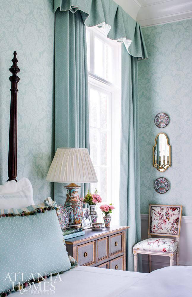 винтажный комод для спальни и стул с цветочным принтом фото