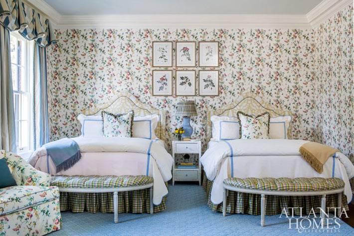 для детской спальни выбрали цвточные принты на обоях и текстиле