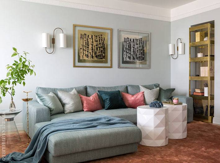 угловой диван гостиной усыпан декоративными подушками