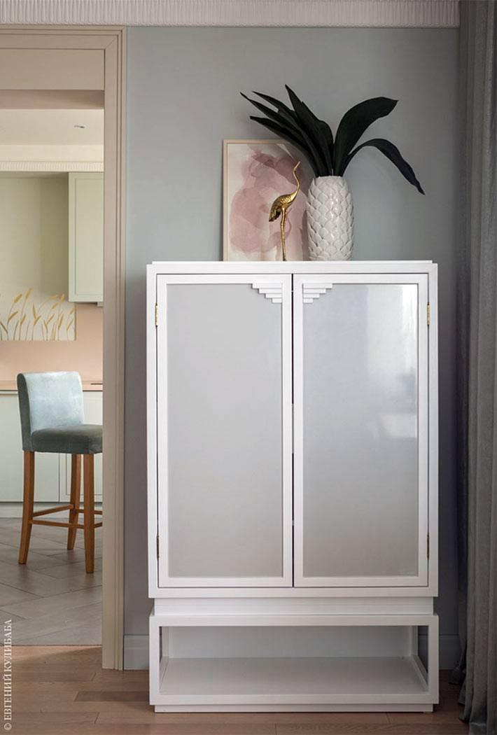 белая мебель в квартире с пастельным дизайном фото