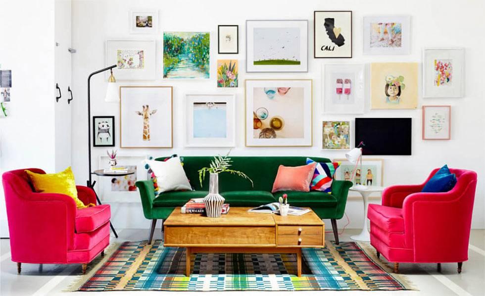осчетание белого интерьера с яркими элементами мебели