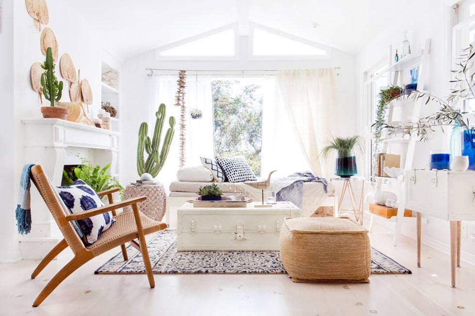 дизайн комнаты где много света и белого цвета, с деревянной мебелью