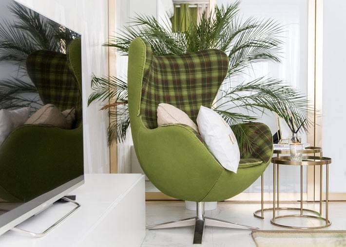 зеленое современное кресло-эллипс в белом интерьере комнаты
