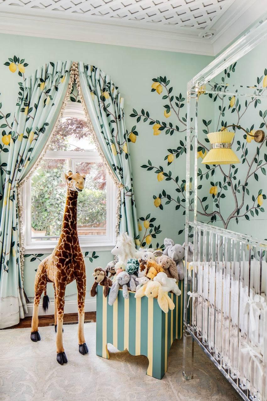 шторы и обои с одинаковым рисунком в дизайне детской комнаты
