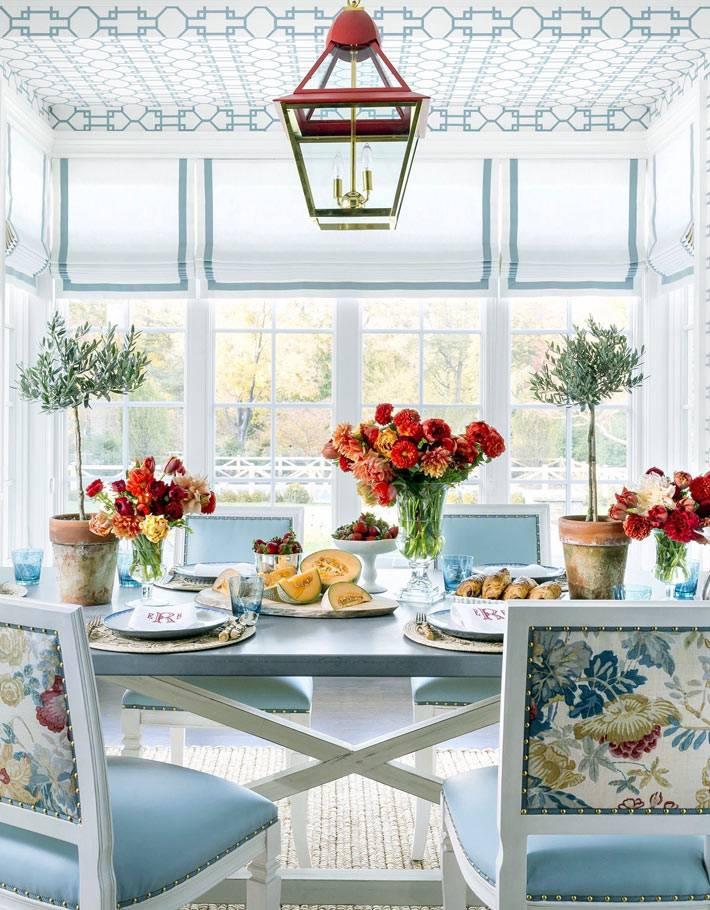 цветы в вазах в сервировке праздничного стола фото