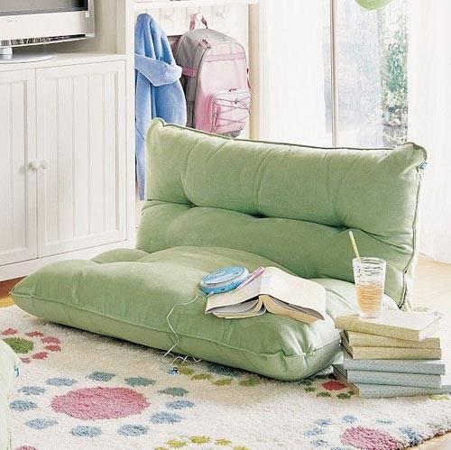 Зеленая напольная подушка в интерьере фото